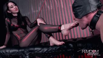 Mina Thorne – Barefoot Domination